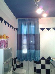 tenda a finto pacchetto in tessuto azzurro e grigio per finestra del bagno
