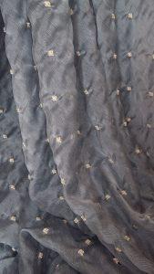 organza azzurro polvere con ricami dorati