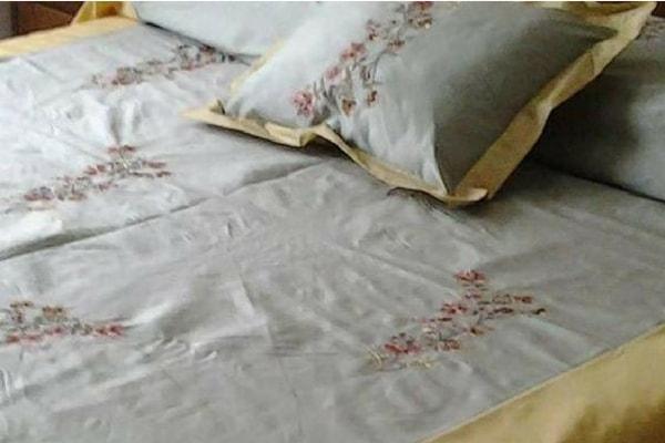 copriletto in seta inglese ricamata e raso con cuscini sfoderabili realizzati da Gani in toscana