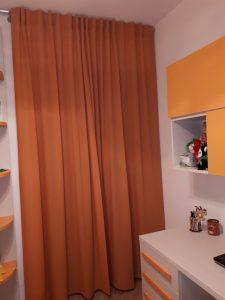 tende classiche color arancio su bastone con asole a scomparsa