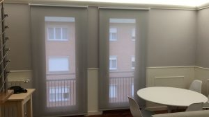 rulli in tessuto filtrante in sala di appartamento ristrutturato RIF: TC449