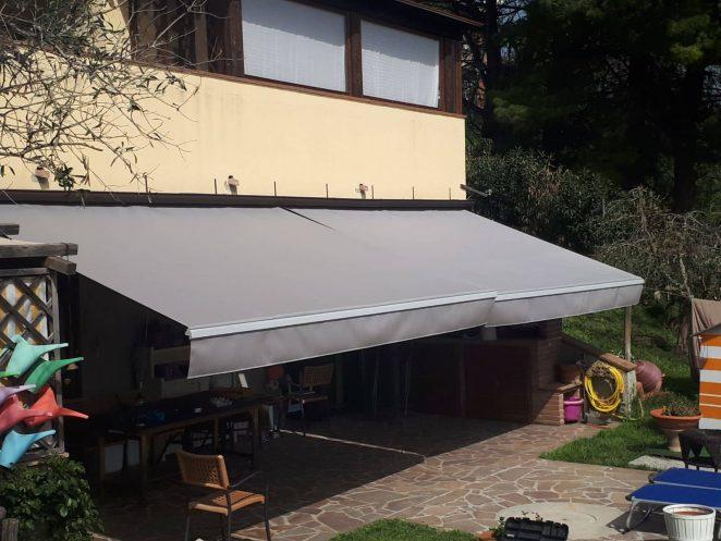 2 tende a bracci grigie per cortile interno villetta in toscana