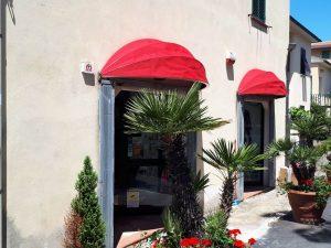 coppia di cappottine rosse eleganti per vetrine negozio