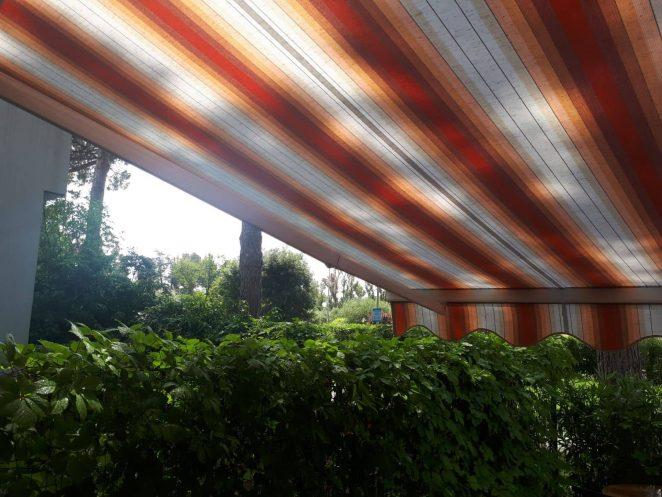 tenda a bracci a righe per copertura giardino interno villetta