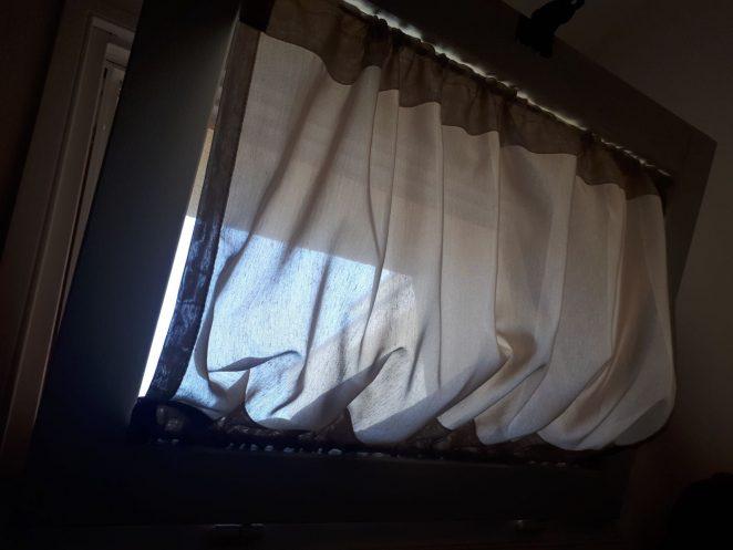 tenda a vetro increspata su finestra vasistas