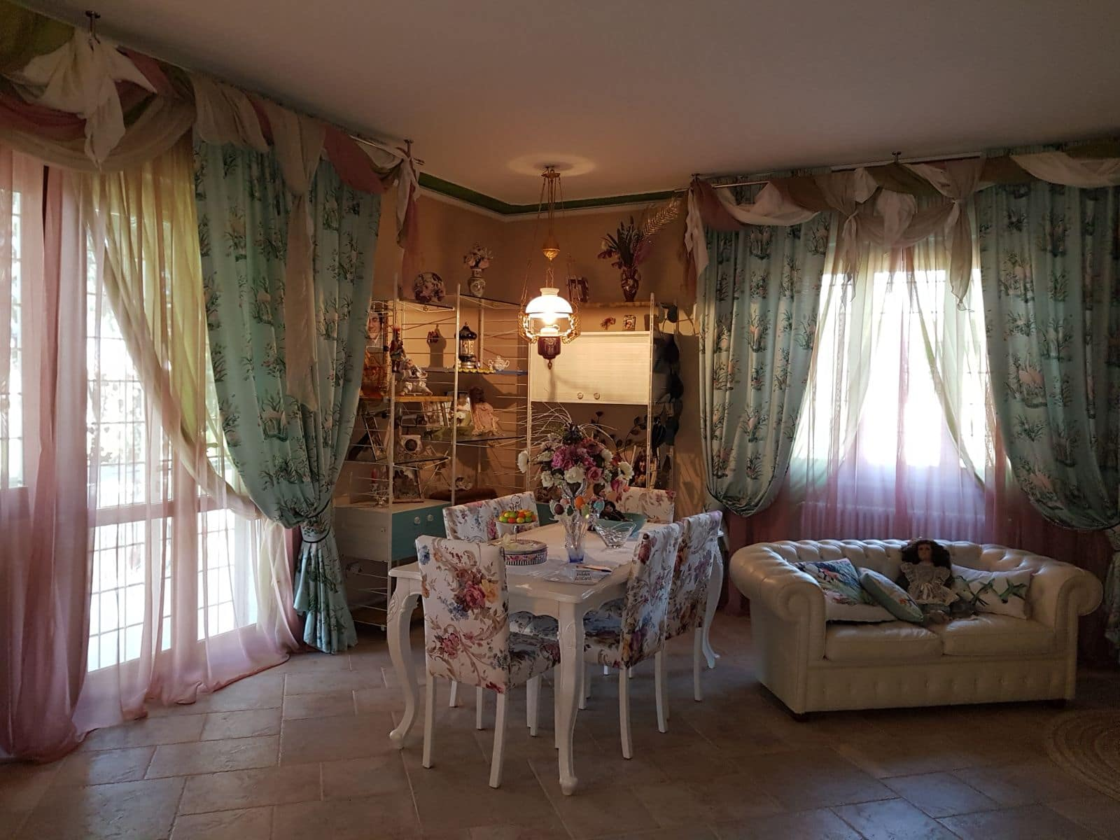 tende classiche in tessuto stampato doppiate con organze in 2 colori e con drappi in 3 colori coordinati