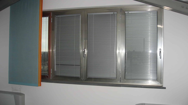 veneziane in alluminio montate all'interno dell'infisso coordinate con il colore dello stesso