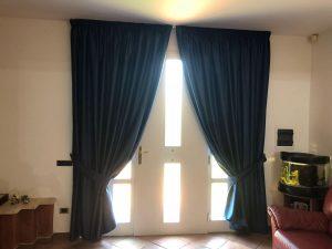 tende classiche in raso oscurante su binario con angoli per soggiorno
