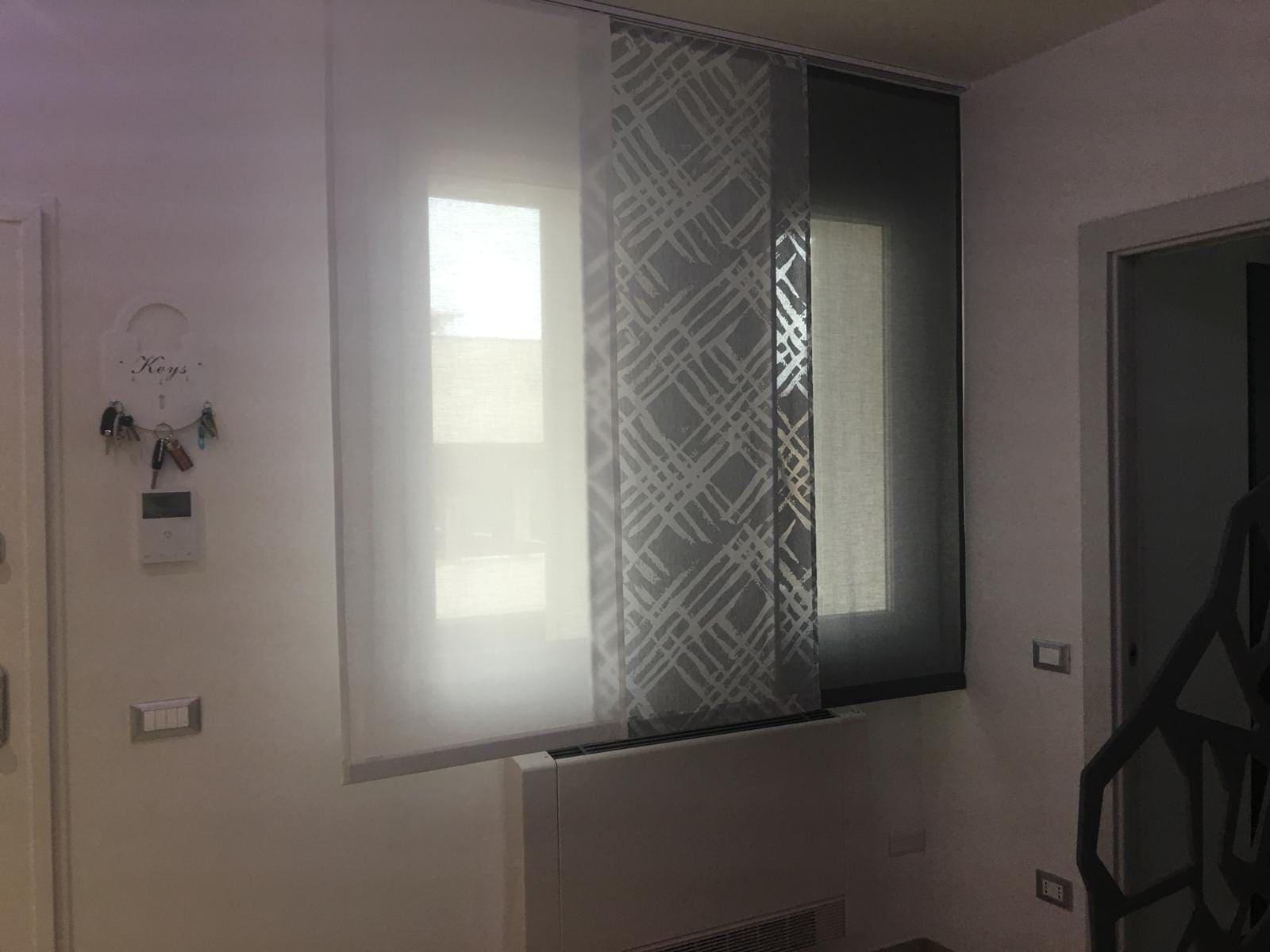 tende moderne a pannelli corti per finestra