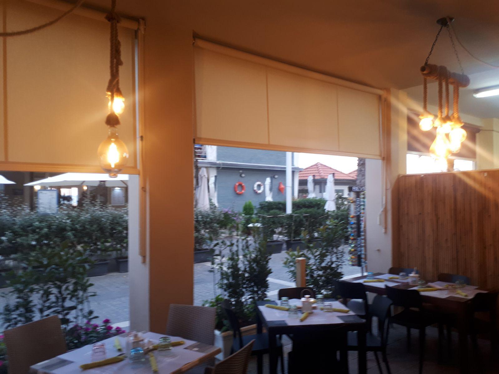tende a rullo per schermatura di vetrate di ristorante in toscana