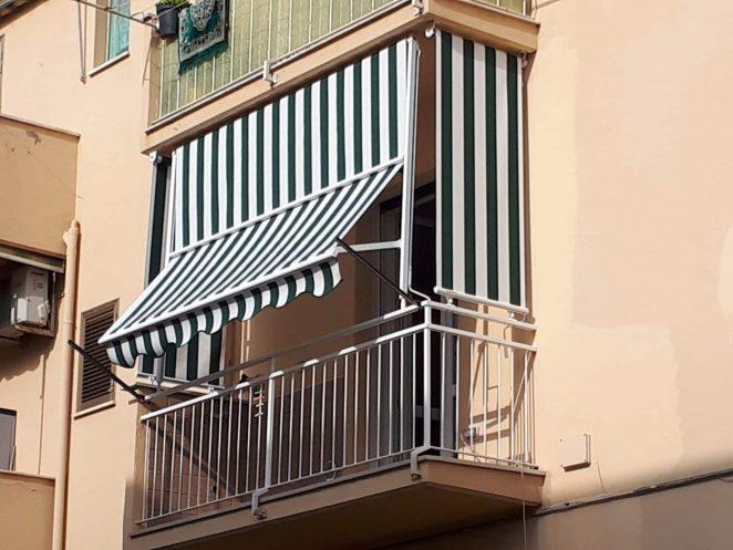 tenda a caduta con guide laterali e braccetti e tenda a caduta verticale laterale in tessuto per esterni a righe bianche e verdi