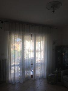 vecchie tende arricciate su bastone in ferro, sostituite con tende bianche velate su binario a soffitto con angoli