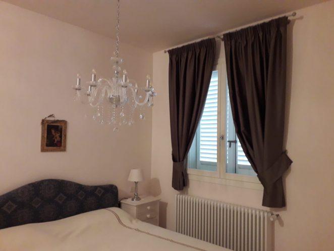 2 tende classiche corte su bastone per camera da letto