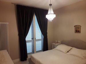 tende classiche oscuranti su bastone per stanza da letto