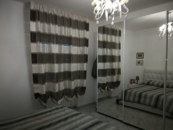 tende a pacchetto con effetto a bombolino e tessuto a righe orizzontali bianche e nere per camera da letto