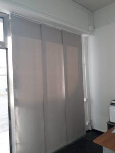tende a pannelli in tessuto oscurante grigio per ufficio in Toscana