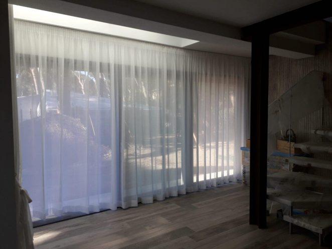 tende arricciate velate bianche su binario per soggiorno