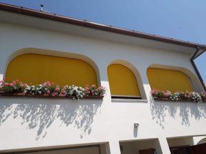 4 tende a caduta gialle con guide laterali a san vincenzo di livorno