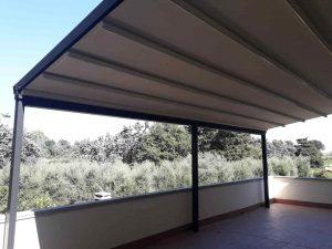 pergola addossata di 30 metri quadri color antracite per copertura ampia terrazza