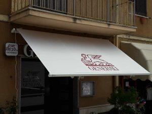 tenda a bracci personalizzata con logo per agenzia di assicurazione