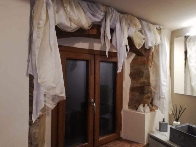 tende a drappo bicolore su bastone per finestra del bagno